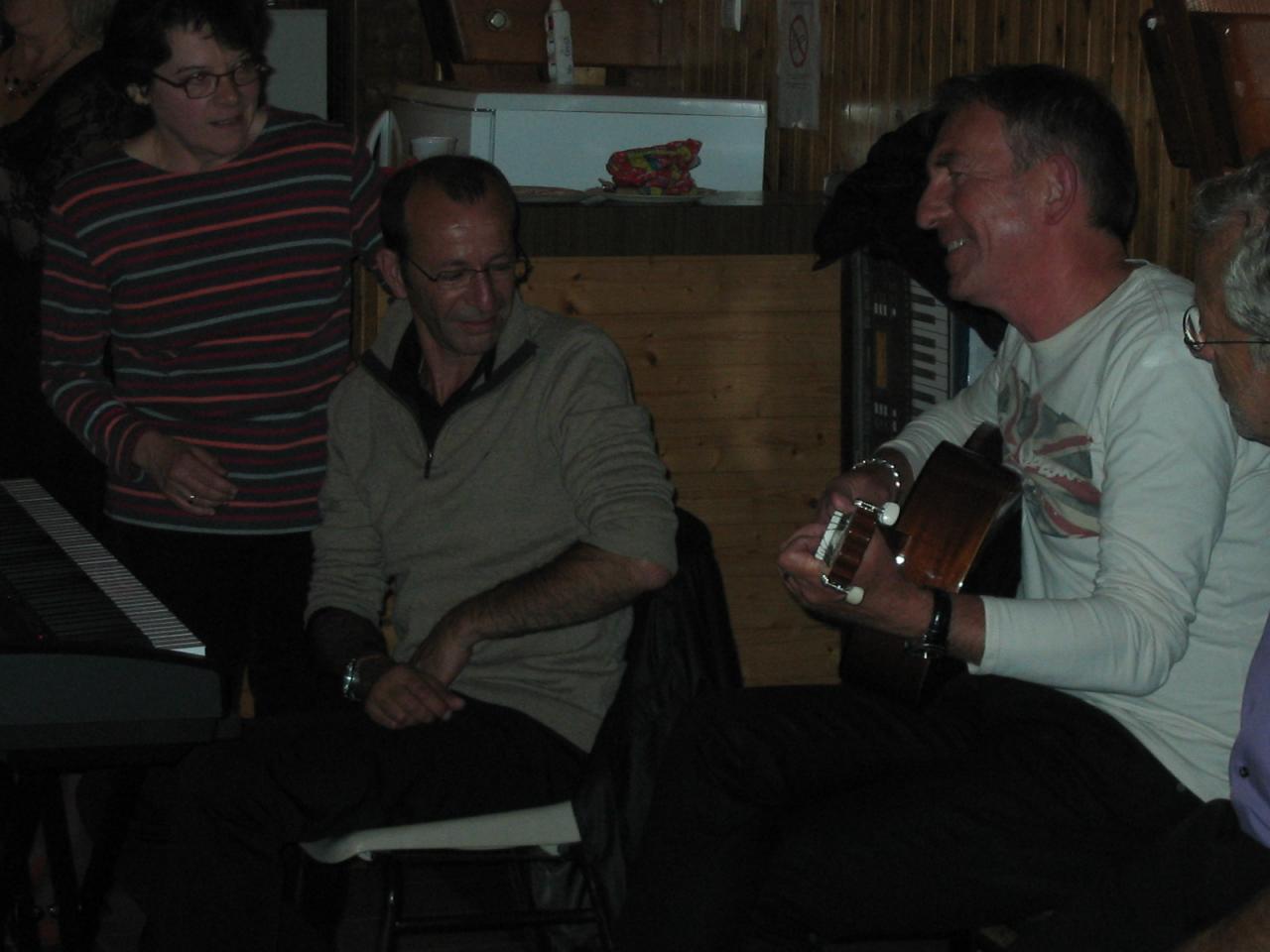 Adel au piano, Jean-Louis à la guitare