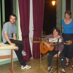Sandrine à la guitare, Christophe et Béatrice